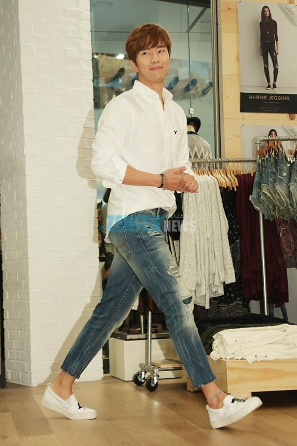 6e859d0e27b 여자들이 가장 좋아하는 1순위 남자 패션은 단연 흰색 와이셔츠가 아닐까. 남친룩의 기본이자 바이블 같은 존재로 어떤 하의를 매치해도  깔끔한 룩을 완성할 수 있다.